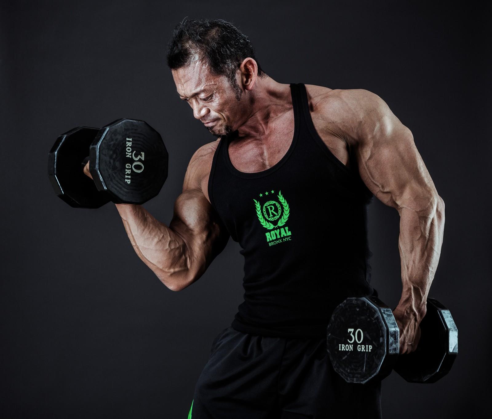 ダンベルを持つ筋肉質の男性