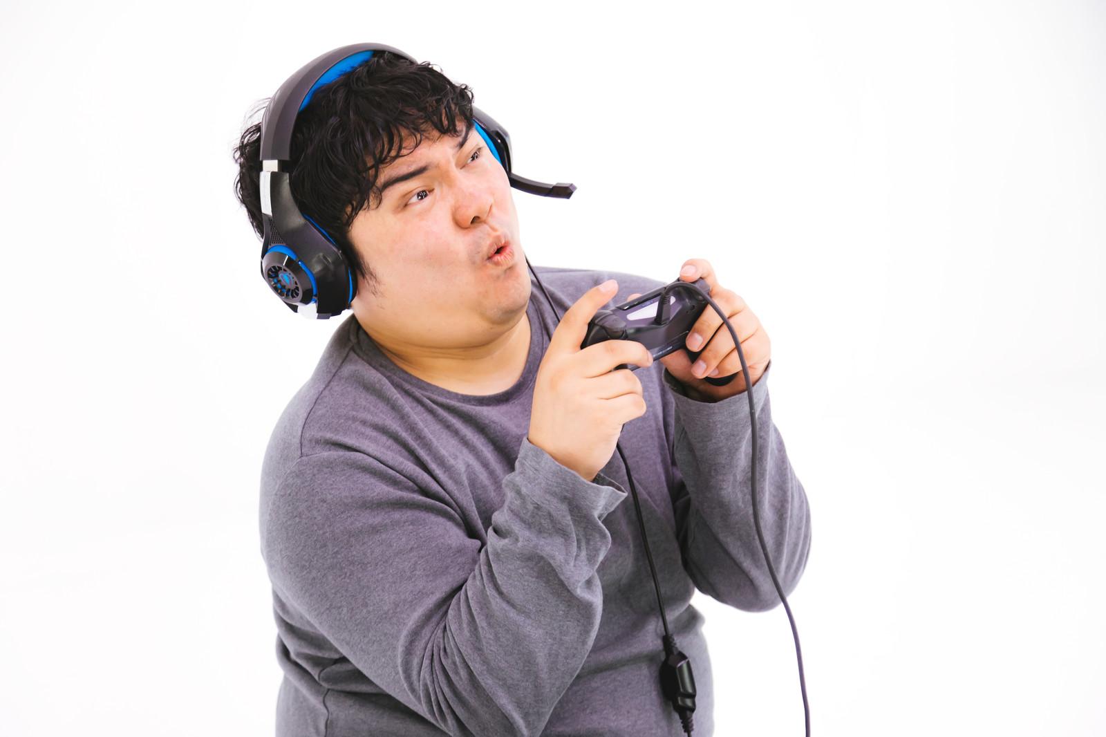ゲームをやっている太った男性